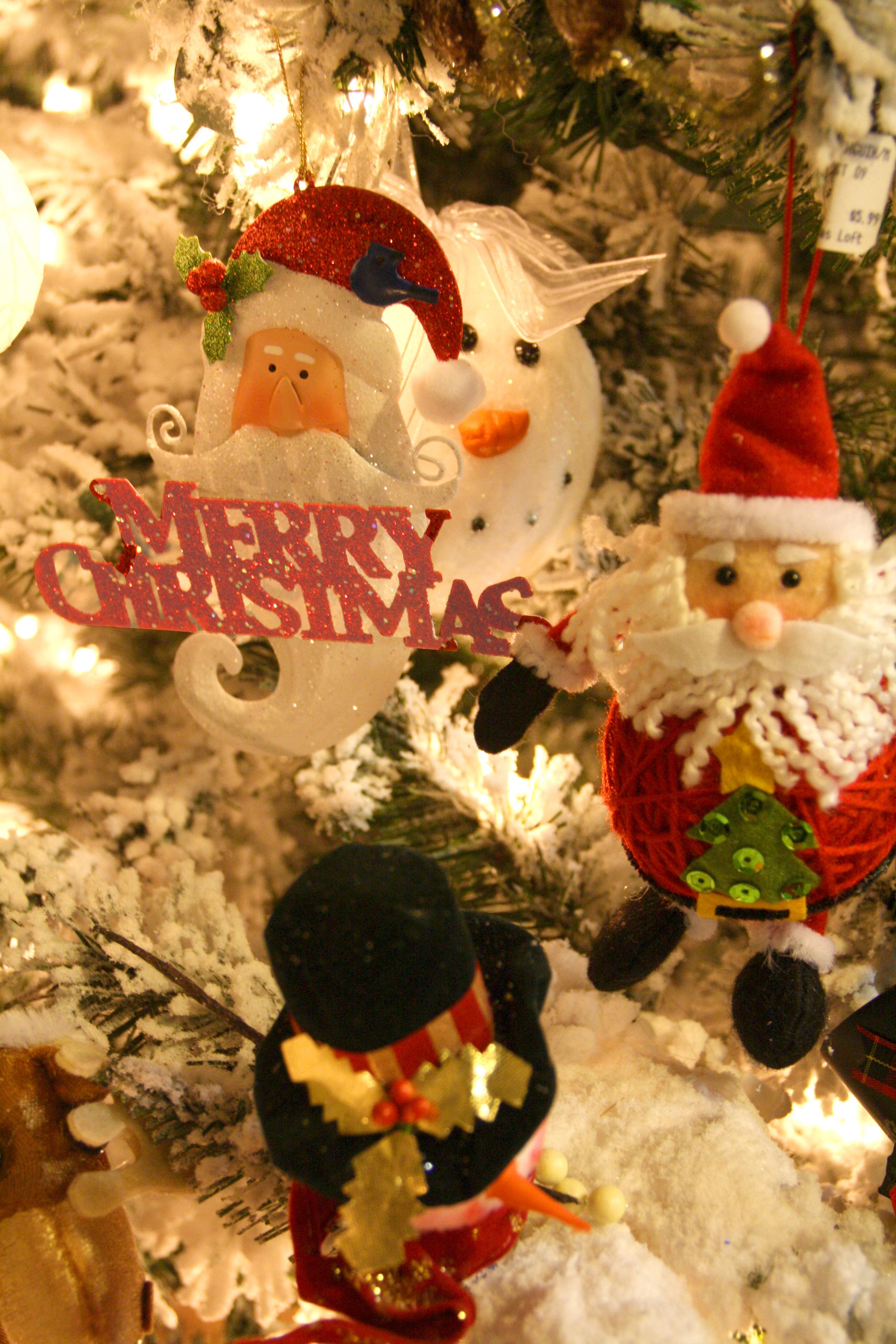 HO 13 Santas and sign_4622